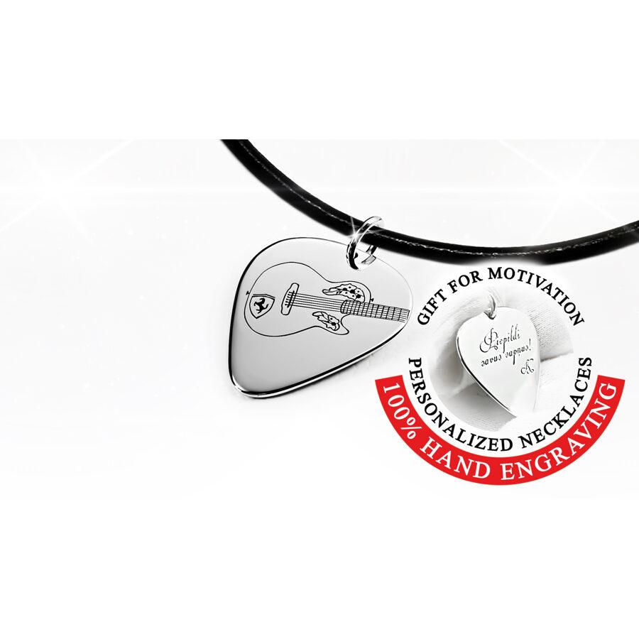 Mediators kaklarota ar iegravētu Ovation akustisko ģitāru