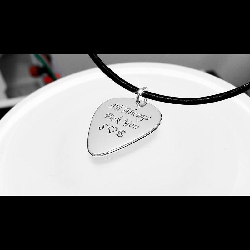 Iegravēta Ibanez elektriskā ģitāra – Mediators kaklarota