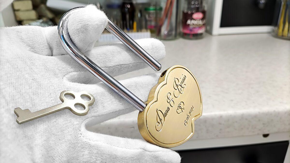 Gravēta kāzu atslēga jeb mīlestības slēdzene sirds formā